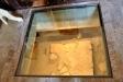 Ett fönster av härdat glas blottlägger en del av kyrkans historia