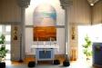 Altartavlan av Ulla Nerman samt altaret.