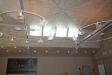 Fönster i taket släpper in dagsljus på två sidor.