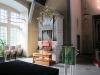Kyrkorgeln till vänster om altaret.
