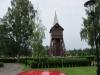Klockstapeln ligger mitt i gamla kyrkogårdsdelen.