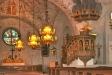 i bakgrunden koret och altaret.