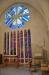 Bakom altaret och altarskåpet finns ett altare till och Jan Brazdas vackra glasmålning