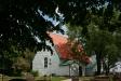 Lundby gamla kyrka i trädens skuggor