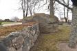 Muren går till synes rakt igenom stenen