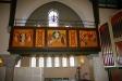 altaret och de tre mycket vackra fönstren.