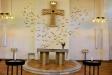 Altaret och altarupsattsen.