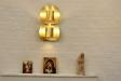 Till höger om altaret står en orgel.