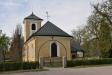 I fållorna på ömse sidor om kyrkan betar både hästar och kor.