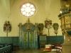 Men titta! Till höger om praktdörrarna står en liten osmyckad orgel!