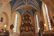Även den pampiga altaruppsatsen är ett verk av Ewert Friis