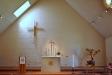 Det enkla kan ibland vara det vackra. Ljuset faller fint in över altare och krucifix
