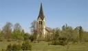 Kyrkan ligger en bit från bebyggelse.