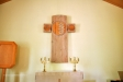 Ett handskuret kors i trä med reliefer
