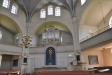 Med orgeln ovanför altaret