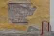 Gammal inskription på kyrkans fasad.