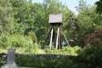 På kullen norr om kyrkan står klockstapeln.