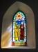 En vacker glasmålning finns i korets södra del
