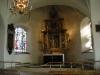 Altaruppsatsen flankerad av två glasmålningar