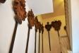 Många gamla vapen i trä i trappan upp i tornet
