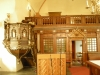 Skärmväggen i norra korsarmen döljer sakristian.