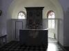Altaret. Oproportionerligt liten altartavla i förhållande till kyrkorummet.