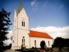 En gammal romansk kyrka som genomgått många förändringar.