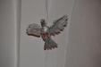 Den helige ande svävar över predikstolen i form av en duva i metall