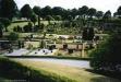 Vy över den parkliknande kyrkogården