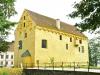 Borgen från 1400-talet är omgiven av vallgravar