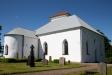 Kyrkan från kyrkogården.