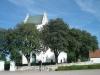 Mycket grönska kring kyrkan