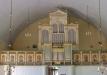 En pampig orgelfasad vaktad av heliga gestalters rad.