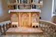 Altaret har ett antemensale dvs fast dekorerad framsida