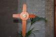Två ovala mandorlafönster ger färg att kyrkorummet.