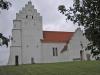 Ö Vemmerlövs kyrka på en liten höjd
