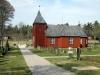 Kyrkan ligger på kyrkogårdens norra sida