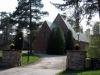 Kyrkan i klassisk roslagsstil och är uppförd i tegel