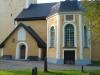 Kyrkan ser fräsch ut på utsidan.