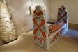 Rekonstruerad kista i museet. Originalstenarna har satts upp utmed väggarna.