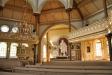 Predikstolen tar upp kyrkans åttkantiga form