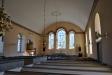 Kyrkorummet präglas av de vackra glasmålningarna