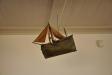 Udda skepp (votiv?) hänger under läktaren