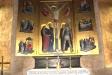 Altartavlan är målad av Sigrid Oxenstierna och skildrar scener ur Kristi historia.