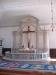 Altarprydnad med skärm och krucifix.