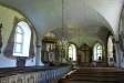 Triumfkrucifixets som altare ramas vackert in av två fönster.