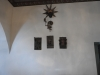 Träskulpturer på korets vägg.