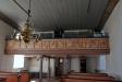 Ett piano finns nedanför predikstolen