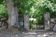 En vacker port på kyrkans baksida.