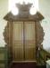 En gammal altaruppsats runt dörrarna